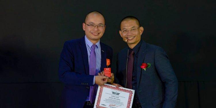 Phạm Tiến Dũng cùng thầy Phạm Thành Long